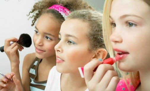 When Should You Let Your Daughter Start Wearing Makeup?
